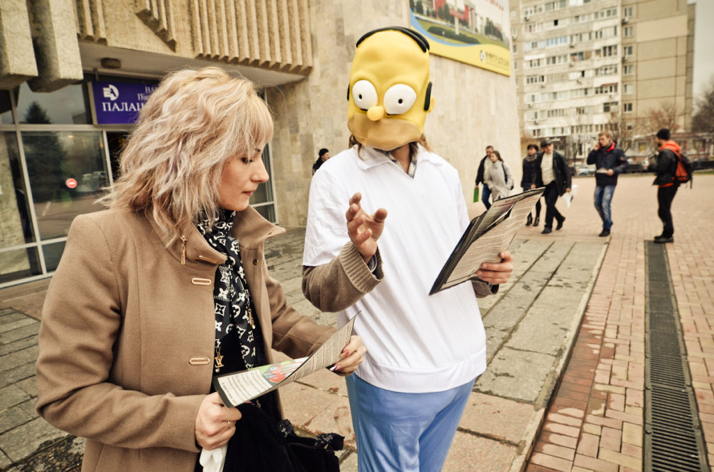 Дід Симон роздавав комікси людям, що прямували до Палацу культури міста Южноукраїнськ на громадські слухання. Комікси пояснюють можливу небезпеку від необачного продовження терміну експлуатації енергоблоків старих атомних електростанцій.