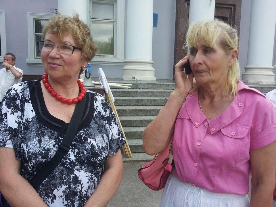 На фото праворуч: постраждала Ніна Мартиновська