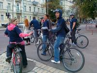 Співробітники одного з київських готелів їдуть на велосипедах на роботу. Автор Олена Пньовська